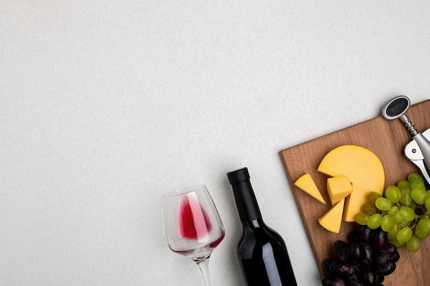 Glas rode wijn kaas en druiven bovenaanzicht