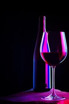 Glas rode wijn met fles