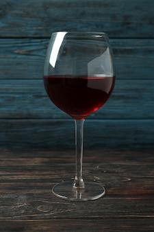 Glas rode wijn op rustieke houten achtergrond