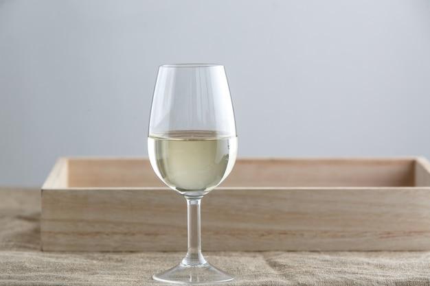 Glas rood wit op grijze achtergrond, stoffen standaard onderaan