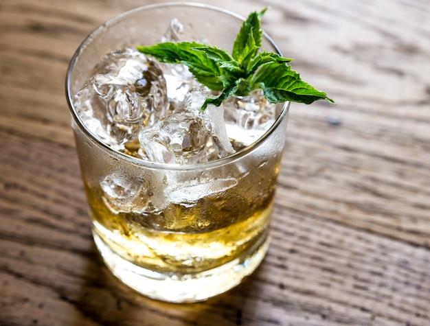 Glas rum op het hout