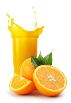 Glas sinaasappelsap en sinaasappelen met bladeren
