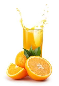 Glas sinaasappelsap en sinaasappelen
