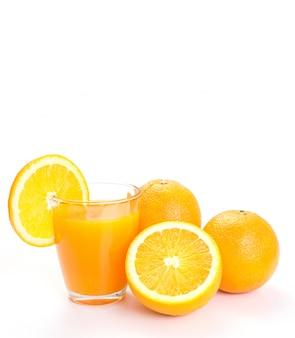 Glas sinaasappelsap en verse sinaasappelen