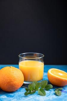 Glas sinaasappelsap met munt
