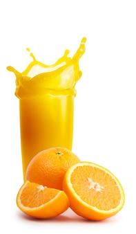 Glas sinaasappelsap met splash en knippen van sinaasappelen