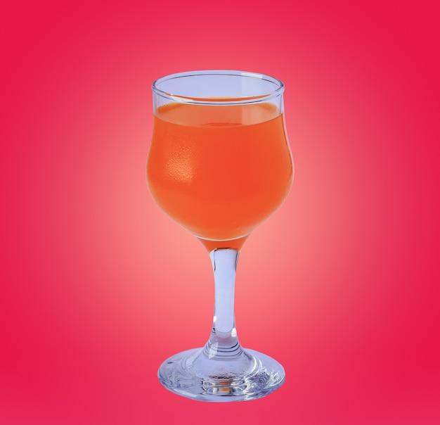 Glas sinaasappelsap op roze achtergrond