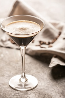 Glas smakelijke espresso martini cocktail op grunge