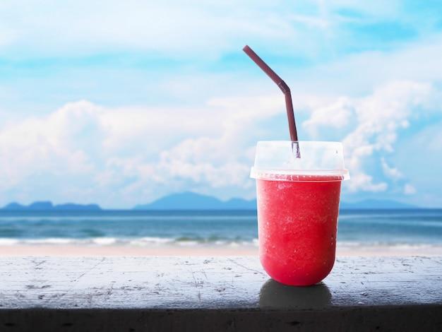 Glas smoothie watermeloen sap op houten tafel