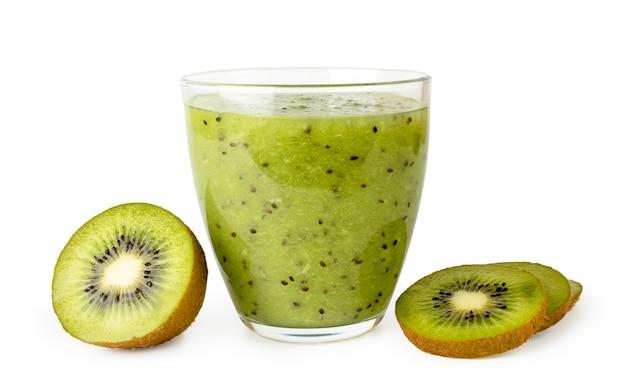 Glas smoothies met rijpe kiwi geïsoleerd