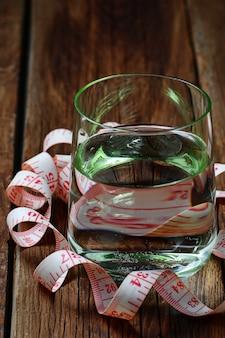 Glas stilstaand water en een meetlint