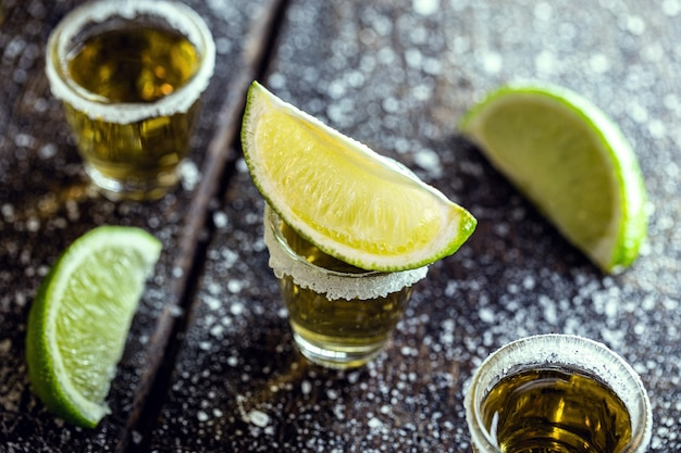 Glas tequila, gemaakt van gedistilleerde alcohol, citroen, zout en blauwe agave.
