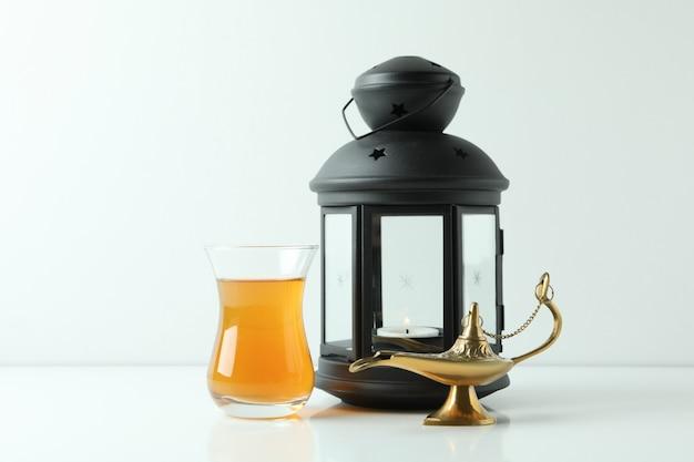 Glas thee, ramadan-lamp en lantaarn op wit