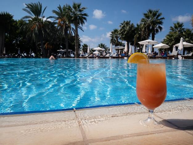 Glas traditionele italiaanse aperol spritz-cocktail bij het zwembad
