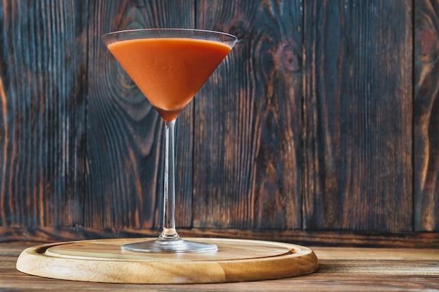 Glas trinidad sour op houten achtergrond