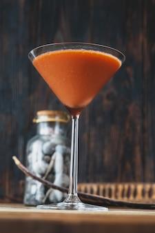 Glas trinidad sour op houten muur