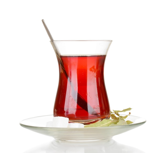 Glas turkse die thee op wit wordt geïsoleerd