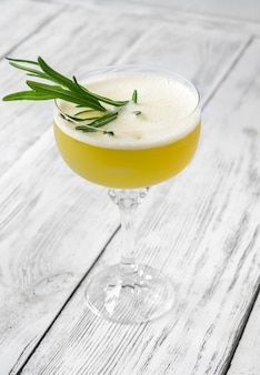 Glas ultima palabra cocktail gegarneerd met verse rozemarijn