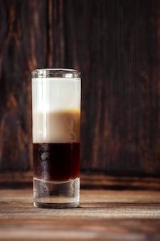 Glas van drielaagse b-52 cocktail