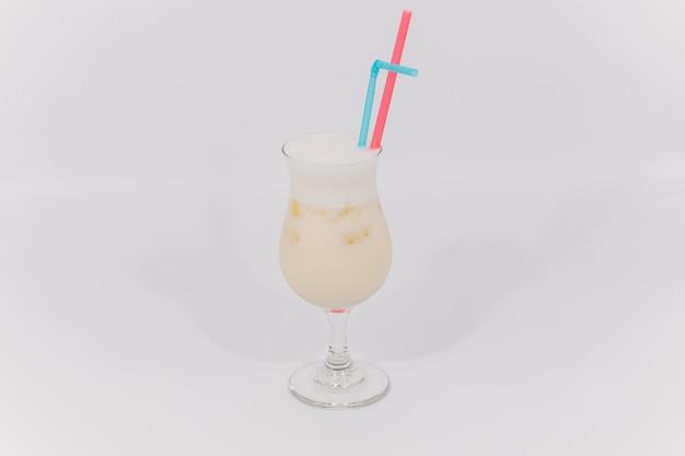 Glas van geïsoleerde aperol spritz cocktail