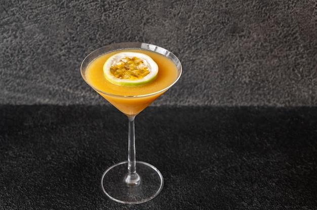 Glas van pornoster martini cocktail op zwarte lijst