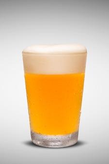 Glas vers bier met glb van schuim dat op witte achtergrond wordt geïsoleerd