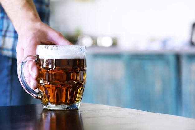 Glas vers bier op een houten tafel. pils bierpul op stenen tafel. bovenaanzicht met kopieerruimte