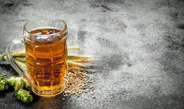Glas vers bier. op een rustieke achtergrond.