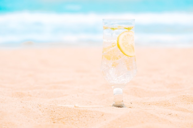 Glas vers drankje met gesneden limoen