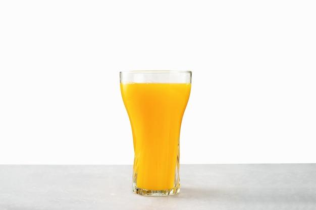 Glas vers jus d'orange dat op wit wordt geïsoleerd