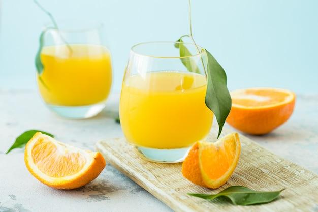 Glas vers jus d'orange met groep sinaasappel