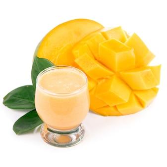 Glas vers mangosap. glas verse mango smoothie geïsoleerd op witte achtergrond