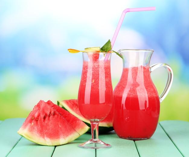 Glas vers watermeloen sap, op houten tafel, op lichte achtergrond