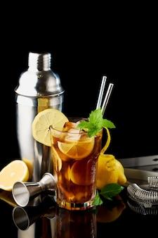 Glas verse long island ice tea cocktail studio opname op zwarte achtergrond