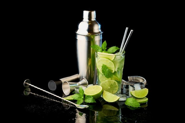 Glas verse mojito cocktail studio opname op zwarte achtergrond