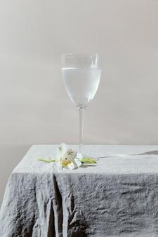 Glas water en bloemen op tafel