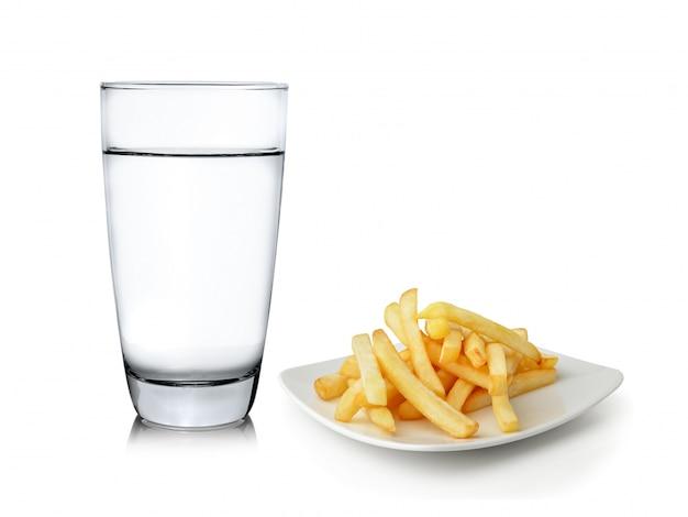 Glas water en frieten op witte ruimte worden geïsoleerd die