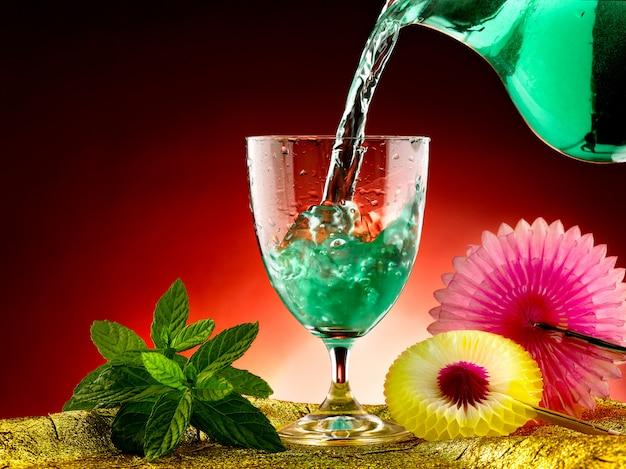 Glas water en verse munt