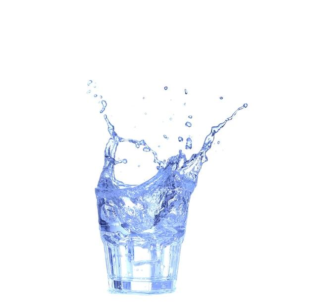 Glas water, ijs en schijfje verse citroen op een witte achtergrond