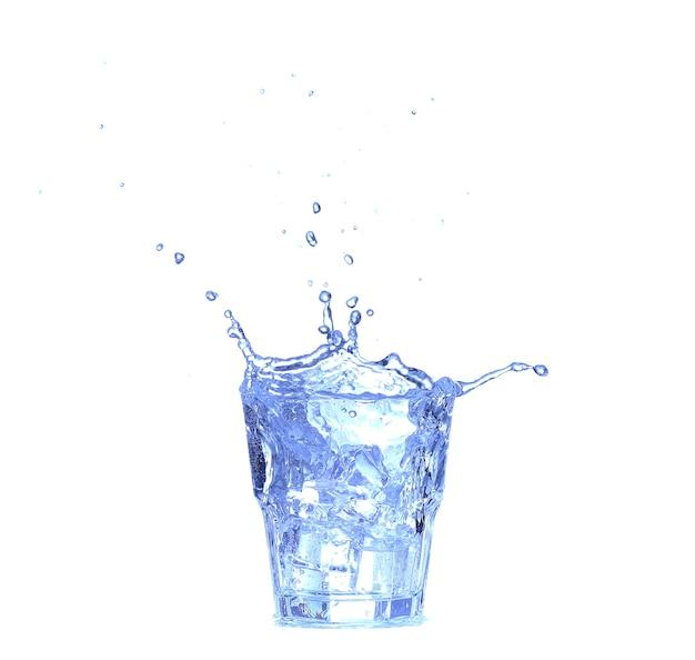 Glas water, ijs en schijfje verse citroen op wit