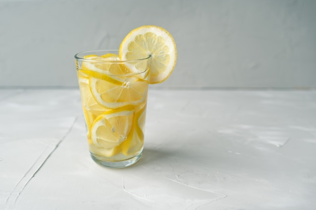 Glas water met citroen. een geweldige dosis vitamine c om virussen te behandelen. de strijd tegen het coronovirus met een grote dosis vitamine c.
