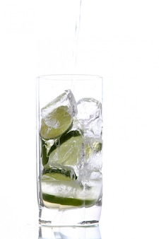 Glas water met ijs en limoen
