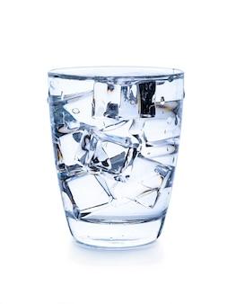 Glas water met ijsblokjes geïsoleerd op wit