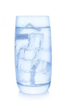 Glas water met ijsblokjes op witte achtergrond worden geïsoleerd die