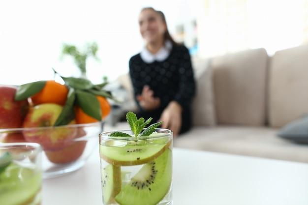 Glas water met kiwi en munt
