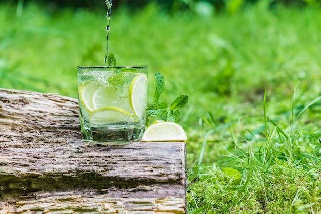 Glas water met munt en limoen