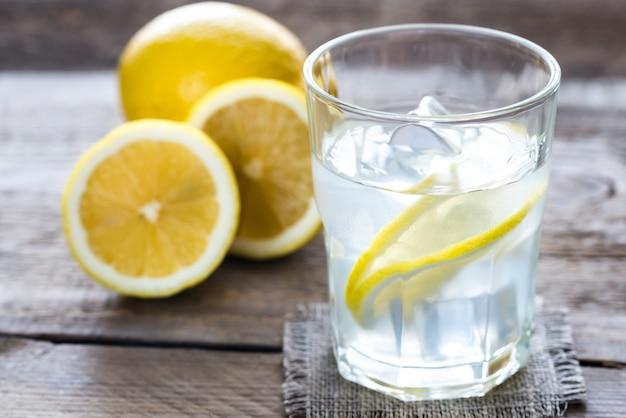 Glas water met vers citroensap