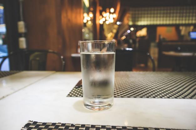 Glas water op de tafel van het restaurant
