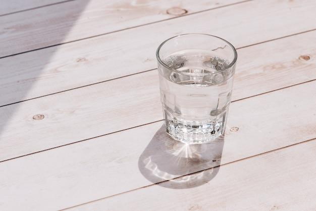 Glas water op een tafel in een restaurant