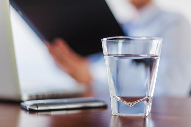 Glas water staat op tafel